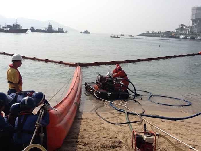 Beach sealing booms