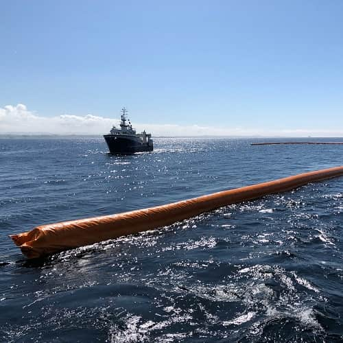 Self-inflatable offshore boom